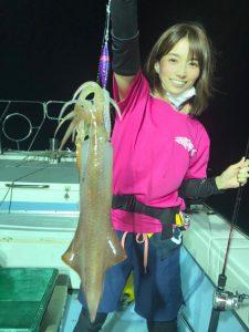 イカを釣る女性1