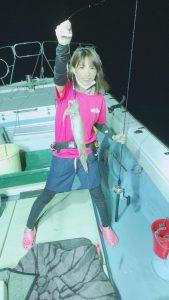 イカを釣る女性2