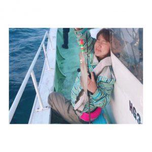 イカ釣りをする女性