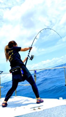 キャスティングマグロ釣りをする女性