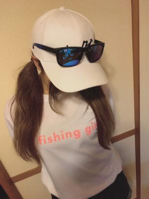 釣りガールTシャツ(片面)にキャップとサングラスを合わせた女性