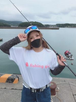 釣りガールTシャツ(片面)を着用した女性