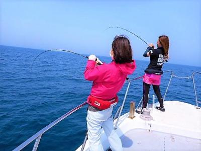 船釣りを楽しむ女性