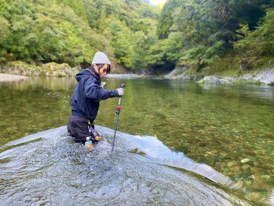 TALEXのトゥルービュースポーツを着用して釣りをする女性