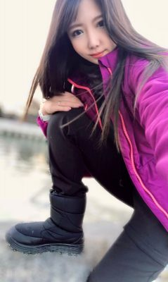 画像:ワークマンの防寒ブーツを履く女性