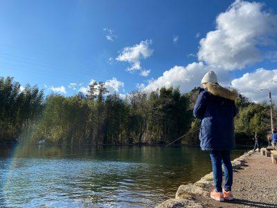 ニジマスを釣る女性