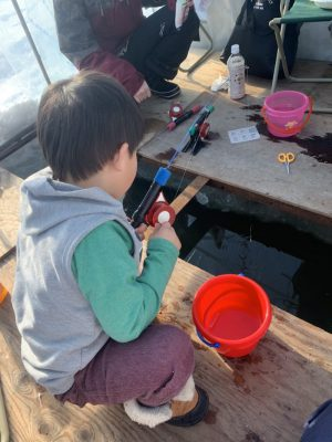ワカサギを釣る子ども1