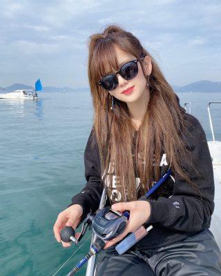 船の上で魚を釣る女性