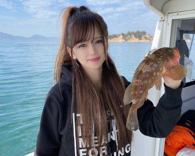 アコウを釣る女性