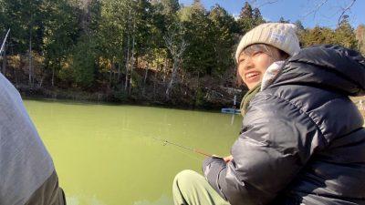 管釣りをする女性