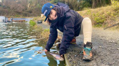 魚をリリースする女性
