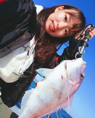 釣った魚を持つ女性