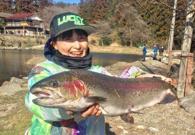 大きめの魚を持つ女性