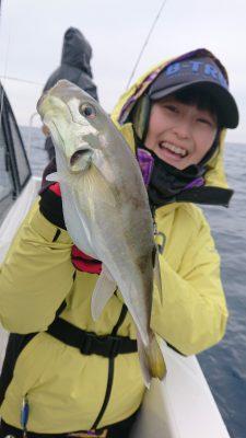魚を持つ女性1