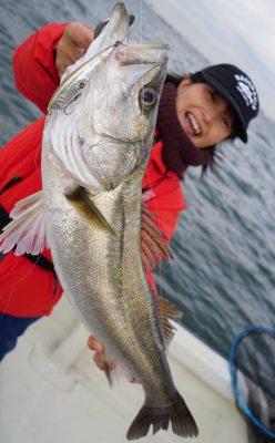 魚を持つ女性2