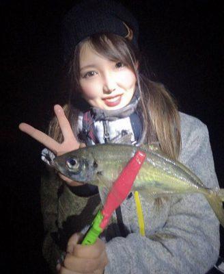 魚を持つ女性3