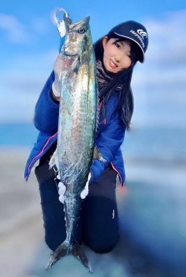 魚を持つ女性4
