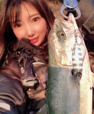 魚を持つ女性5