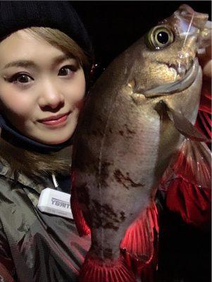 メバルを釣る女性