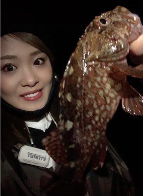 カサゴを釣る女性