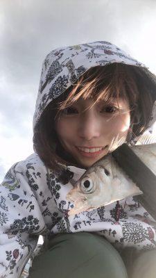 スカラーのスノボウェアを着用して釣りをする女性