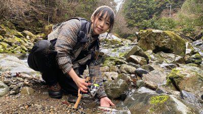 アマゴを釣る女性