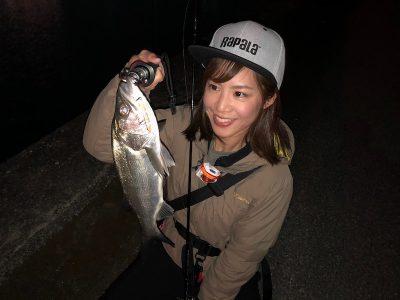 セイゴを釣る女性
