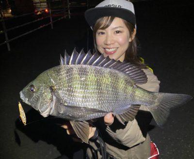 チヌを釣る女性1