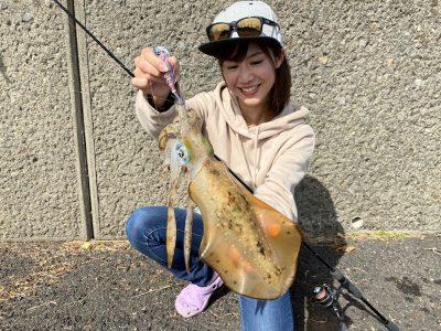 イカを釣る女性