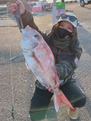 大きな鯛を持つ女性