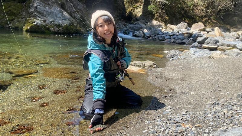 アマゴを釣る女性1