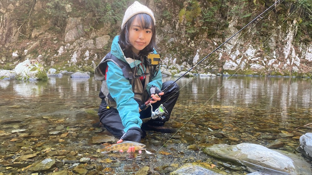 アマゴを釣る女性2