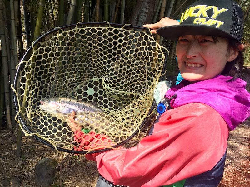 ミディアムクラピーで魚を釣る女性