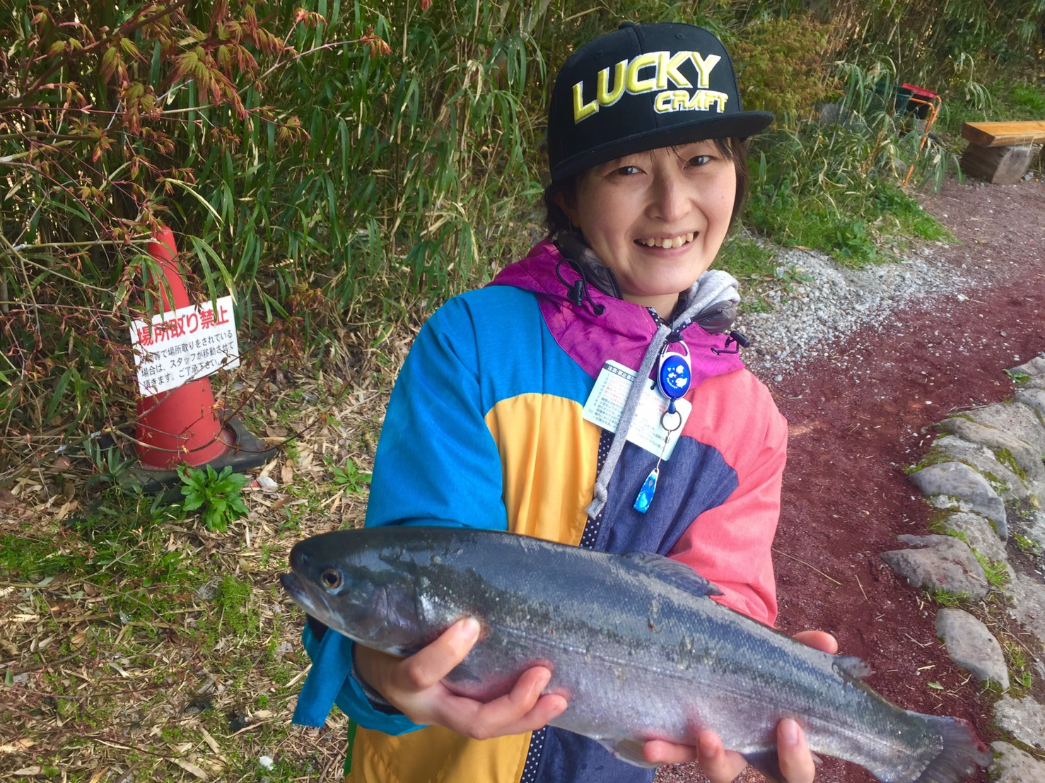 ミディアムクラピーでヒットした魚を持つ女性