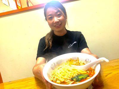 坦々麺を持つ女性