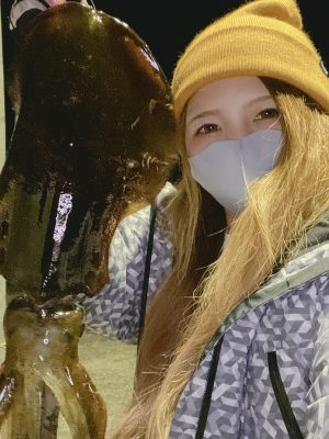 イカを持つ女性