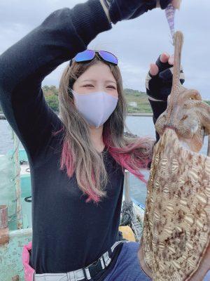 1.2キロのコウイカを持つ女性