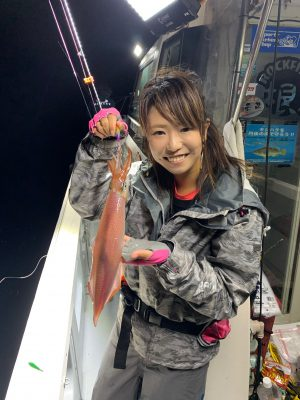 剣先イカを釣る釣りガール