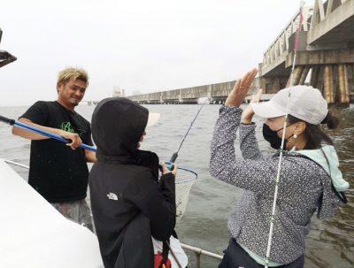 釣りガールmihoと喜びのハイタッチ