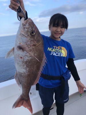 鯛を釣る女性