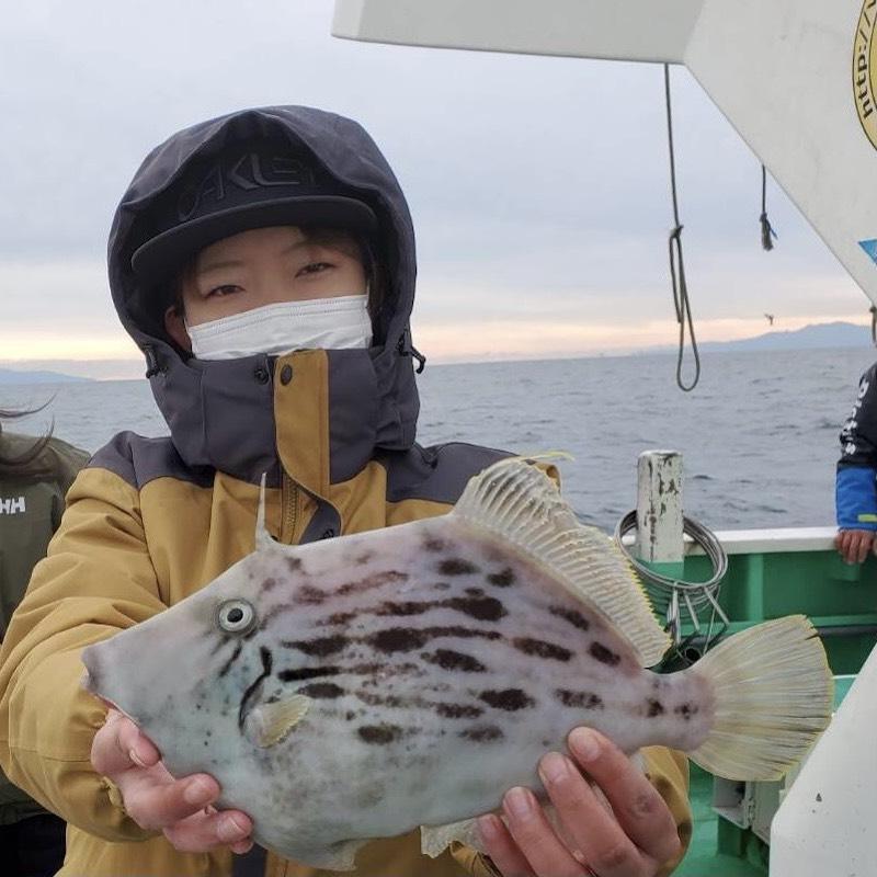 魚を釣る女性