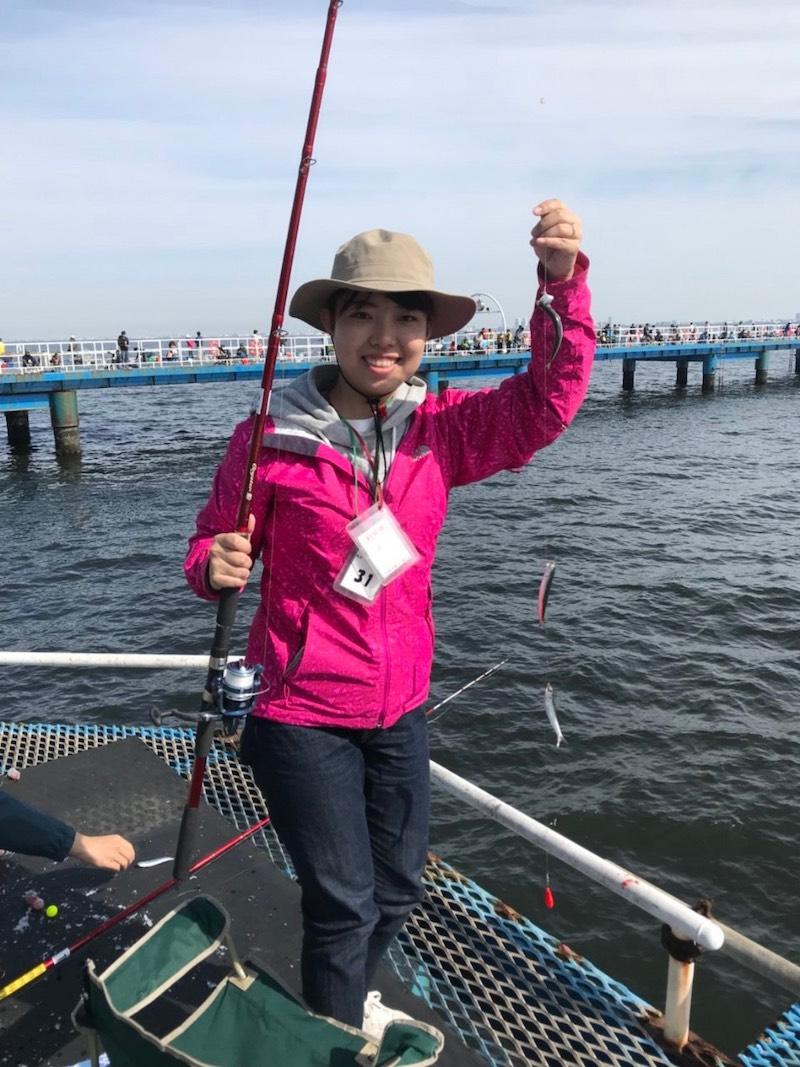 小さないわしを魚を釣る女性