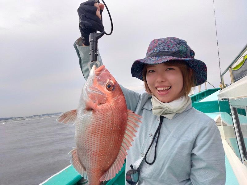 鯛を魚を釣る女性