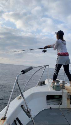 キャスティングする釣りガール
